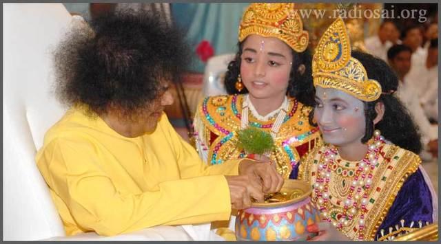sathya-sai-baba-with-little-krishna-02.thumb.jpg.7137702d5ef280a9de11db322e4c01ae.jpg