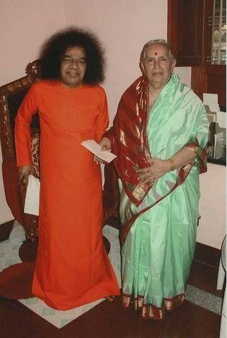 Swami_with_Amma_2005..thumb.jpg.f83144f90bc5d11e1c1cbb030863b2a2.jpg