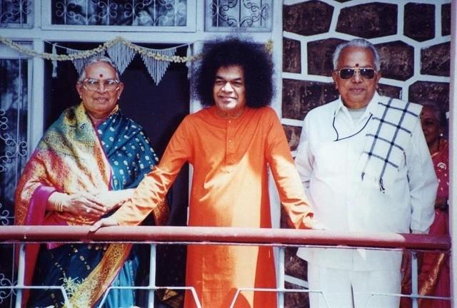 Swami_with_Amma_and_Nanna_in_Kodaikanal_1988..thumb.jpg.509296f567cdc2c4a8a4689be3f3cf0d.jpg